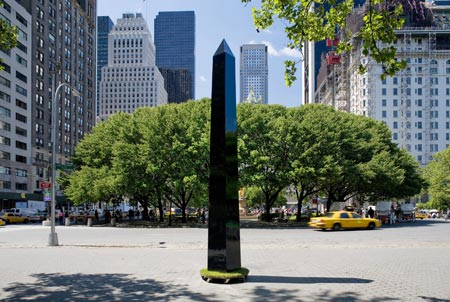 2.7.6 Obelisco Transportable, Damian Ortega, 2005. Fiberglass, metal, rubber, paint.