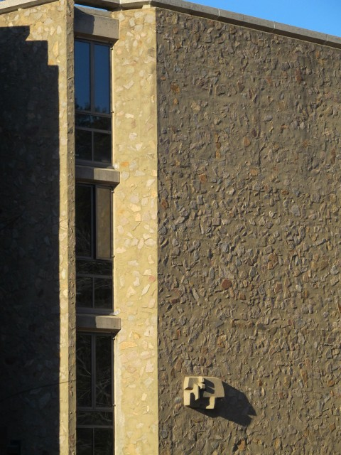 9.1.13 Costantino Nivola, 1962, Morse College, Yale University. Site specific sculpture with Eero Saarinen architecture.